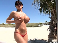 Exemplary slut Rebeca Linares walks naked in a real paradise