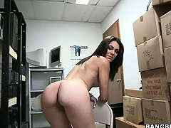 Unpaid brunette poses, plays with her cunt and gets basic