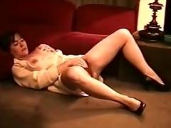 5 - Elisa masturbates